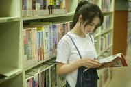 学校图书馆里女同学在认真学习看书图片