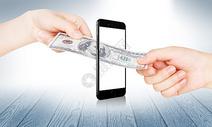 美元钞票通过手机来交易图片