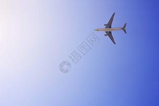 蓝天上一架飞机飞过图片