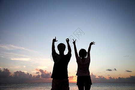 海边情侣在作love的手势图片