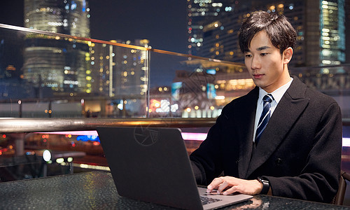 在高楼大厦办公夜景图片