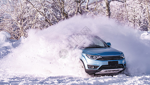雪中飞驰的车图片