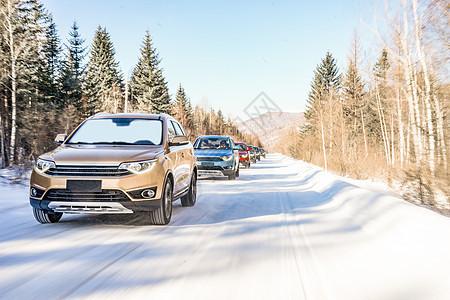 雪地里开这的SUV图片