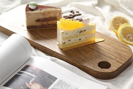 斑马木木制品托盘里的蛋糕图片