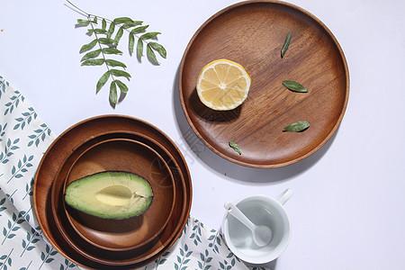 木质相思木托盘里的牛油果和柠檬图片