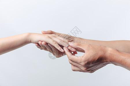 情人节情侣求婚戴戒指动作图片