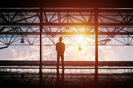机场的男士背影图片