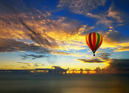 海面上的热气球图片