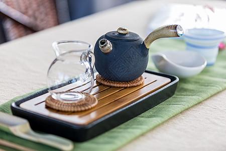 餐桌上布置的茶道茶具图片