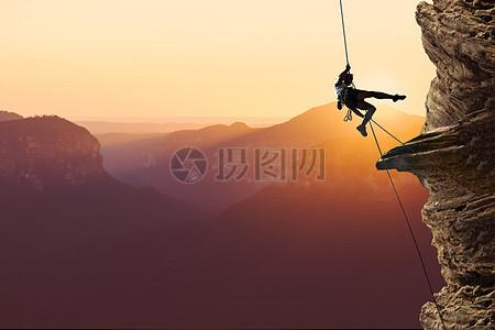 夕阳下攀岩图片