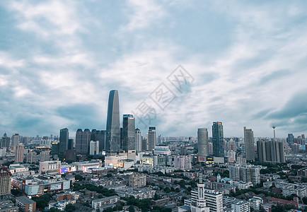多云阴天下的城市中心图片