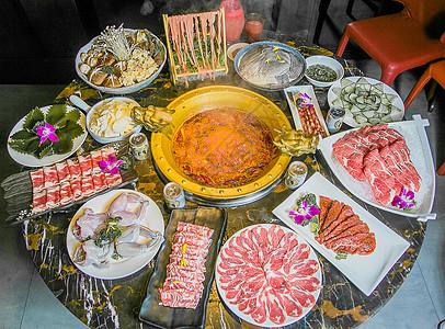 传统香辣重庆四川牛油火锅大餐图片
