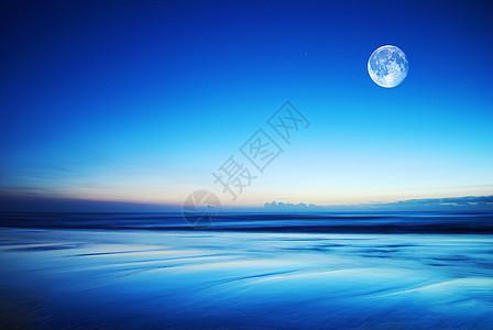 海边宁静的明月图片