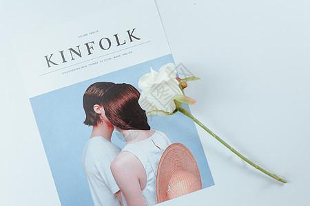 杂志与玫瑰花图片