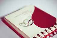 戒指与爱心日历图片