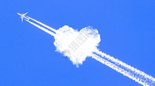 穿过爱心云的喷气式飞机图片