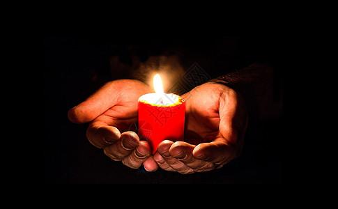 捧蜡烛的手图片