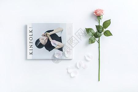 书本与玫瑰图片