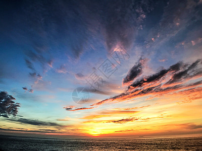 云蒸霞蔚的日出图片