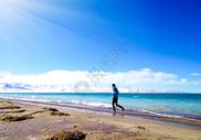 海边跑步的人图片