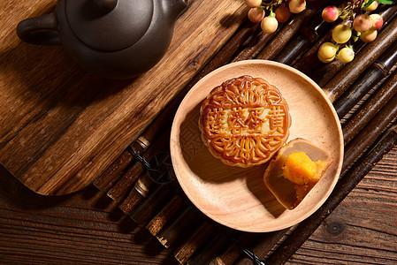 莲蓉蛋黄月饼茶点图片