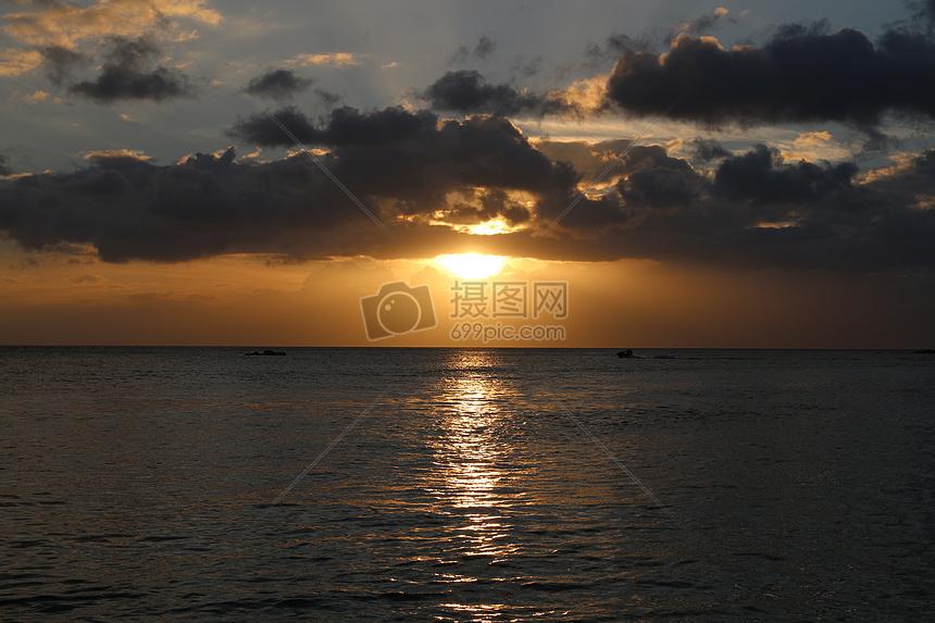 黄昏的海滩图片