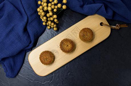 传统中秋佳节中式美食烘焙点心豆沙馅料月饼图片