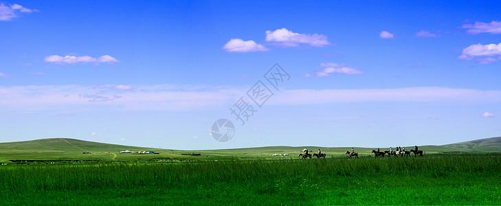 辽阔的草原与马队图片