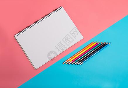 绘画本和彩色铅笔图片