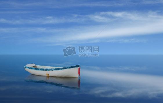 一叶小舟蓝天白云大海风景图片