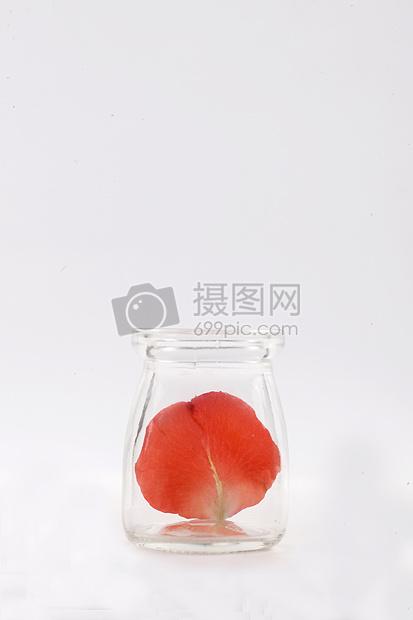空杯子里一片玫瑰花瓣图片