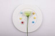餐盘里有鲜花图片