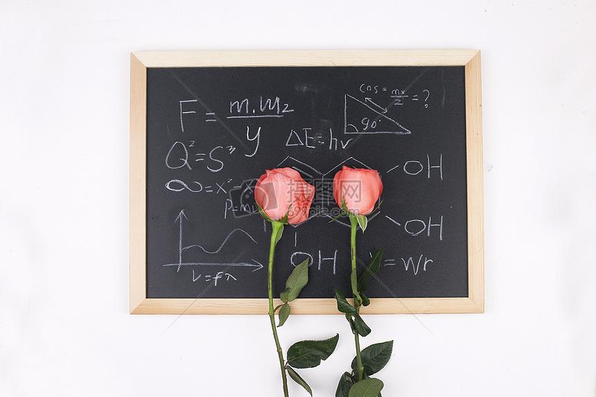 黑板上二朵玫瑰花图片