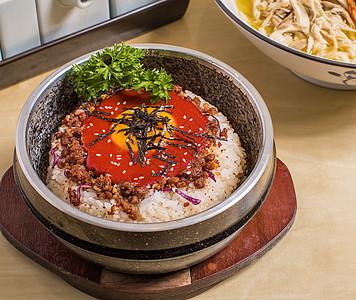 日式肥牛石锅拌饭图片