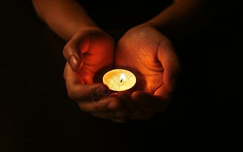 手捧蜡烛祈祷图片