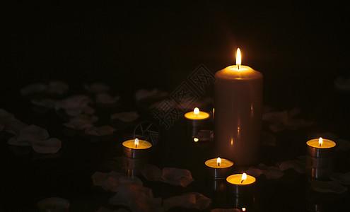 蜡烛与花瓣图片