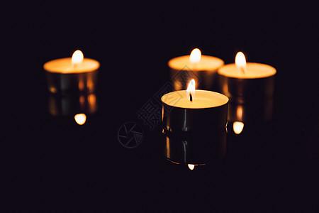 黑背景下的蜡烛图片
