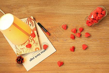 书桌前打翻的爱心图片