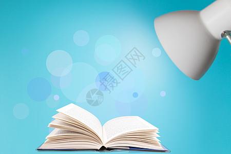 台灯下的书图片