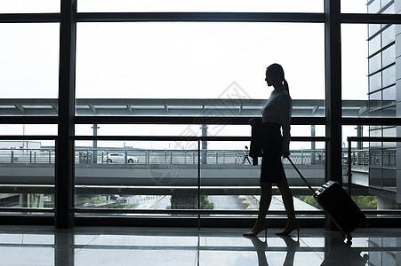 商务女性在机场准备出发图片