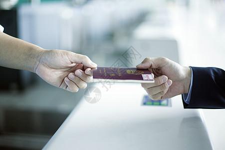 商务男士在登机口办理出国手续图片