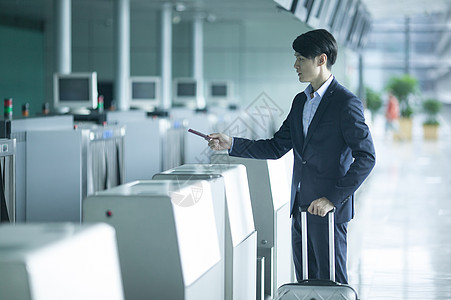 商务男士在机场准备护照出差图片