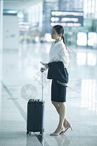 商务女士在机场准备出差图片