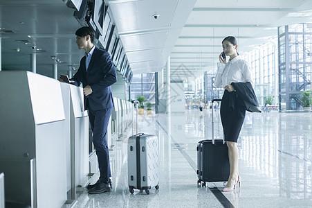 商务人士在机场准备出差图片