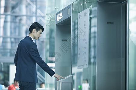 商务男生在机场等待电梯图片