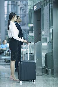 商务人士在机场等待电梯图片