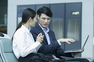 商务人士在候机厅分析公司业务图片