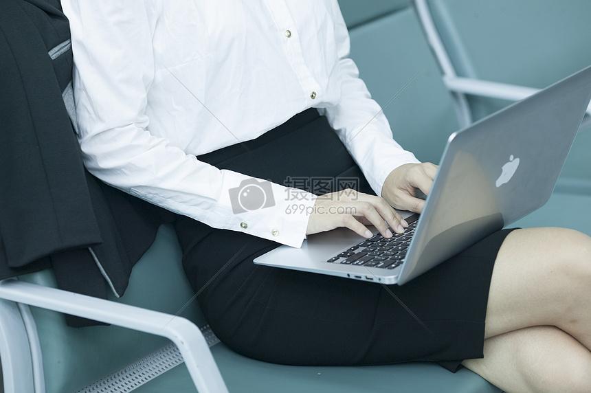 商务女士在候机厅查阅资料图片