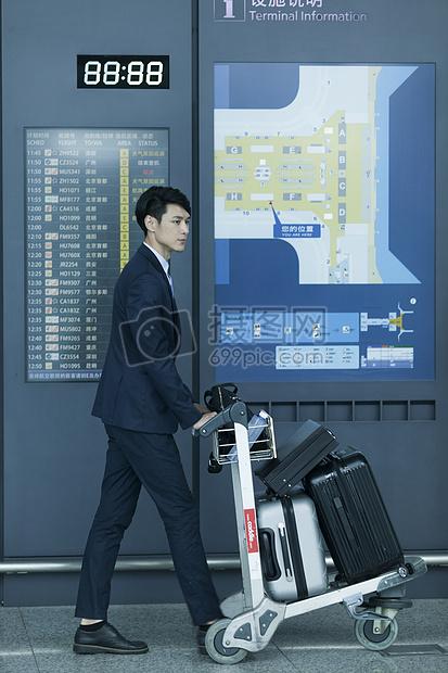 商务男士出差出发到达机场 图片