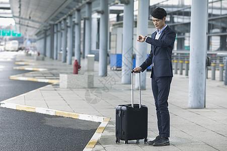 商务男士在机场准备出发到达图片